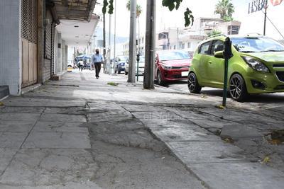 Destruidas. Una constante son las banquetas con el piso destruido por el peso de los automóviles, además del nulo mantenimiento por parte del Ayuntamiento.