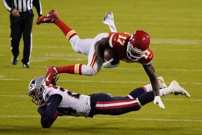 A pesar de que la defensiva detuvo a Patrick Mahomes en la primera parte, Kansas City venció 26-10 a Nueva Inglaterra, en el improvisado lunes por la noche de la NFL de la Semana 4.