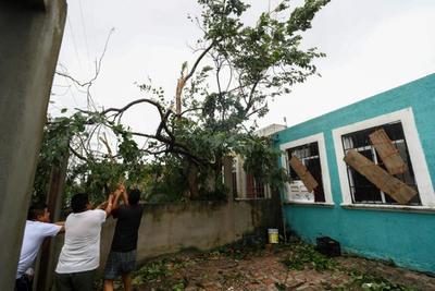 Desde antes de que el fenómeno natural entrara a Quintana Roo, la Comisión Nacional del Agua (Conagua) informó que su fuerza iba disminuyendo, sin embargo, eso no impidió que el viento tirara arboles, rejas y hasta destruyera vehículos.