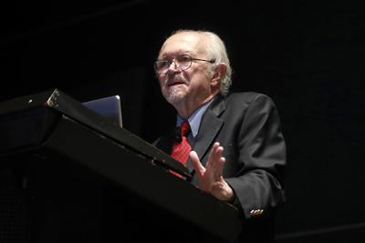 Molina fue coautor con F. S. Rowland en 1974 del artículo que predijo el adelgazamiento de la capa de ozono como consecuencia de la emisión de los clorofluorocarbonos (CFCs), el cual les mereció el Premio Nobel de Química en 1995. Estos estudios sentaron las bases del Protocolo de Montreal, impulsado por la Organización de Naciones Unidas.
