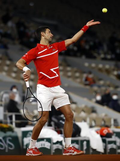 Djokovic felicitó a Tsitsipas, aseguró que tras dejarse remontar los dos primeros sets mantuvo la calma en la superficie, pero en el fondo era otra cosa.