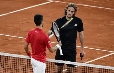 Novak Djokovic sufre, pero logra ser finalista en Roland Garros