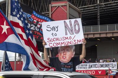 Una caravana de miles de vehículos con banderas estadounidenses y cubanas y carteles a favor del presidente Donald Trump recorrió este sábado Miami para advertir del riesgo de que las ideas comunistas y socialistas se implanten en el poder de Estados Unidos y pedir la libertad para Cuba, Venezuela y Nicaragua.