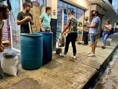 Forman largas filas en expendios ante 'Ley Seca' en Torreón
