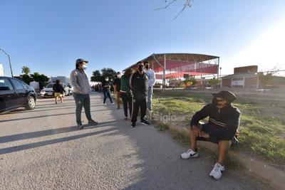 Desde temprana hora se presentaron largas filas en el fraccionamiento Ana de Torreón para acudir a votar.