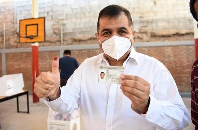 Acude a emitir su voto Eduardo Olmos.