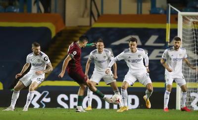 Jiménez apareció en el minuto 70 para conectar un disparo desde fuera del área que rebotó en la cabeza de un defensor del Leeds y despistó al portero francés Illan Meslier, que no pudo evitar que el lanzamiento del internacional mexicano acabara en la red de su portería.