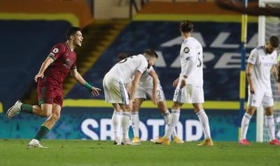 El delantero del Wolves apareció casi al final del partido para marcar con un afortunado rebote su segundo gol esta temporada con el que desatascó una visita complicada ante el equipo de Marcelo Bielsa, que aspiraba a colocarse entre los tres primeros clasificados en el caso de conseguir una victoria.