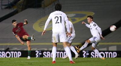 Con ese guión, el choque comenzó con un tanto anulado al Leeds por fuera de juego de Patrick Bamford y continuó con otra ocasión de Rodrigo Moreno al filo del descanso que no fue gol gracias a una gran intervención de Rui Patricio.