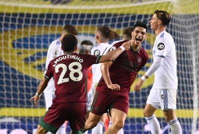 En el segundo acto, los papeles cambiaron y el Wolves tomó los mandos y en esta ocasión fue el equipo de Nuno Espírito Santo al que anularon un gol por fuera de juego. Después, tuvo otra ocasión en las botas Daniel Podence y, finalmente, fue Raúl Jiménez, con un rebote afortunado, quien acertó en la portería del Leeds United.
