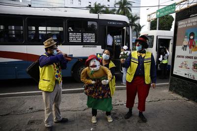 Con humor y cantos, artistas promueven medidas contra COVID-19 en El Salvador