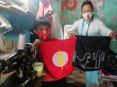 Eliazar, tiene 10 años y ya confecciona mochilas para apoyar a su mamá