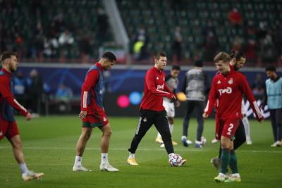 De hecho, Smólov fue el primero en avisar con un remate franco de cabeza en el corazón del área, pero el balón fue directamente a los guantes de Neuer.