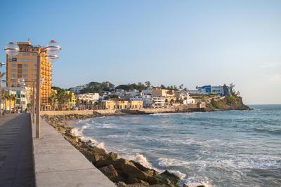 Mazatlán cuenta con el malecón más largo del mundo, con una longitud de 21 km. Tiene 9 secciones que van desde la zona del Centro Histórico hacia el norte de la ciudad.