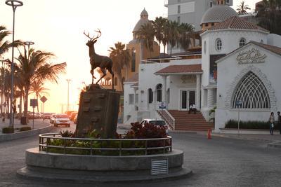 Monumento 'El Venadito' hace honor a uno de los animales característicos de la región, está ubicado al inicio de la  Av. Olas Altas, y es obra del artista Rolando Arjona Yucatán Amabilies.