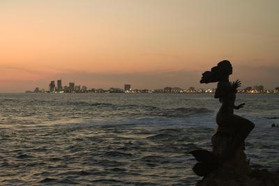 """La Reina de los Mares, conocida como """"La Sirena"""", es una escultura de bronce que da la bienvenida al puerto, además de proteger y acompañar a los pescadores durante su trabajo."""