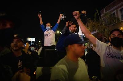 Seguidores de Los Dodgers rompen cuarentena para celebrar