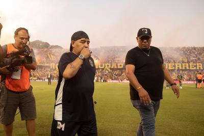 Inglaterra fue víctima de los dos goles más famosos en la carrera de Maradona, quien se encuentra aislado desde el martes en su casa de las afueras de Buenos Aires debido a que un colaborador estrecho tuvo síntomas de coronavirus.