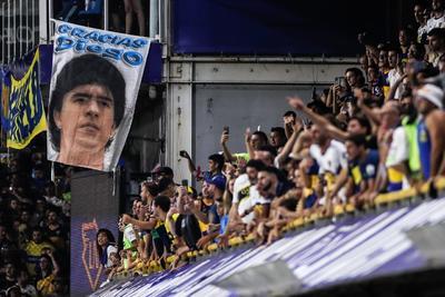 El segundo fue la conclusión de una corrida en la que se desprendió de más de medio equipo rival, haciendo malabares con la pelota. En 2000, la FIFA lo declaró el mejor tanto en la historia de los mundiales. Maradona a su vez fue elegido el mejor jugador del siglo XX junto al brasileño Pelé, quien hace una semana cumplió 80 años.