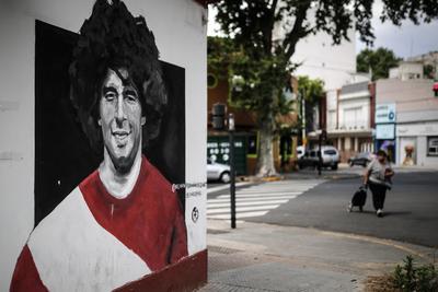 El ídolo impoluto empezó a mancharse a principios de la década de 1990, cuando fue sancionado tras detectarse restos de cocaína en la prueba de dopaje realizada en la liga italiana. Al poco tiempo fue detenido en Buenos Aires por posesión de drogas y estuvo una noche en prisión.