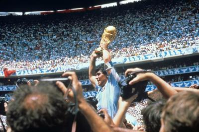 El astro Lionel Messi y toda su misma generación de futbolistas nunca lo vieron jugar o tienen un vago recuerdo. Pero la dimensión de lo que fue Diego Armando Maradona en una cancha se magnifica a punto de cumplir los 60 años, en igual proporción al rechazo que provocan sus excesos y escándalos.