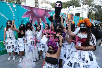 Allí, las mujeres se ayudaban unas a otras para vestirse, maquillarse, colocar fotos y carteles con los nombres e historias de las que han sido asesinadas en México.