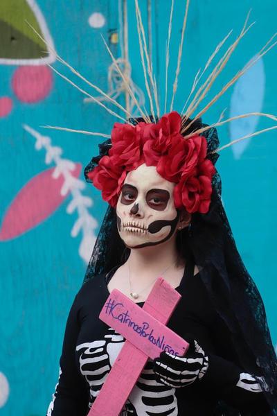 A la convocatoria se unió un grupo de unas 20 mujeres vestidas de catrinas blancas, en cuyos vestidos colgaron fotos de las mujeres que han sido halladas sin vida en el Río de los Remedios, en el Estado de México.