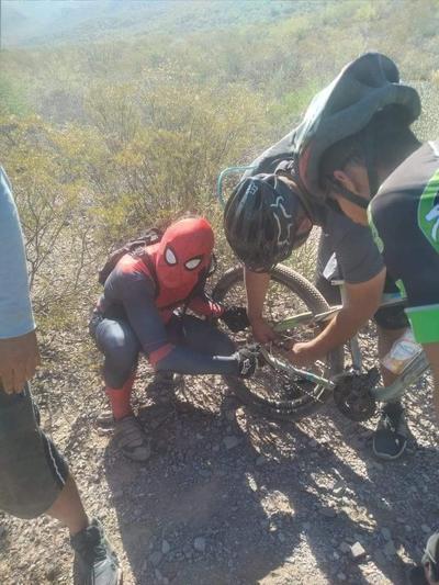 'Spider-Man' sorprende en Villa Juárez, Durango