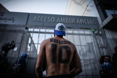 Aficionados apoyan a Diego Maradona desde clínica médica