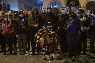 Recuerdan a víctimas de atentado en Viena entre flores y lágrimas