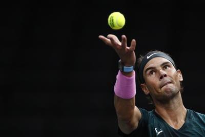A falta de su tradicional juego, Nadal se apoyó en un buen servicio y totalizó 16 puntos directos de saque, a dos de su récord, que logró en Tokio en 2010.