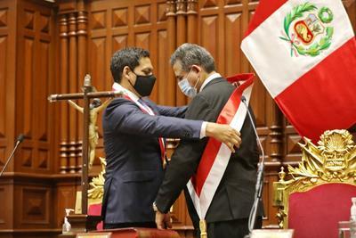 Entre protestas, Manuel Merino jura como presidente de Perú