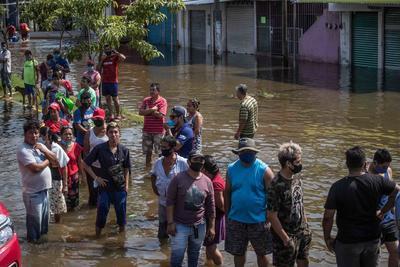 Damnificados forman filas de horas para recibir despensas en Tabasco