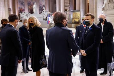 El jefe del Estado puso una corona de flores a los pies de la tumba del soldado desconocido, que está enterrado en el Arco de Triunfo desde 1920, y a continuación se leyeron los nombres de los soldados franceses muertos en acto de servicio en el último año.