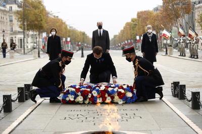 Macron llegó poco después de las 11.00 locales (10.00 GMT) al Arco de Triunfo, donde le esperaban entre otros miembros de su Gobierno el primer ministro, Jean Castex, y la ministra de Defensa, Florence Parly.
