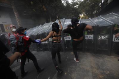 Feministas protestan en CDMX tras represión en Cancún