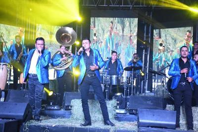 """""""Hace dos meses lanzamos el primer sencillo inédito, también de nombre Amor prohibido. Le hicimos un video que fue grabado entre el Puente de Ojuela y la Hacienda Mi Ranchito, nos acompañó una youtuber lagunera, Fátima Mora"""", dijo Moreno."""