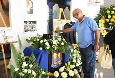 Veladores, coronas de flores, una playera negra de la máxima casa de estudios y diversas fotografías del maestro que tenía una gran capacidad para conectar con el alumnado fueron colocadas en el atrio de la FCPyS.
