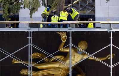 El árbol fue colocado en el 30 Rockefeller Plaza de Manhattan en la mañana del sábado por una grúa, donde permanecerá mientras es decorado hasta el próximo 2 de diciembre, cuando se procederá al encendido de luces.