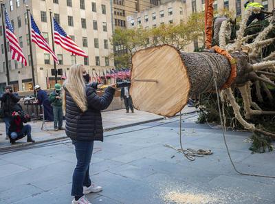 El árbol del Rockefeller Center representa la época navideña, pero también ha sidoun símbolo de esperanza, resiliencia, y el imperecedero espíritu de Nueva York, desde la Gran Depresión, el 11 S, la supertormenta Sandy y hasta hoy, agregó Speyer, que subrayó que 2020 ha sido un año difícil.