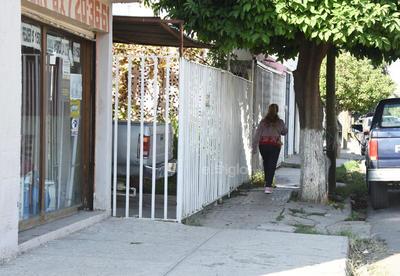 Poco paso. Debido a jardineras y árboles en las banquetas de algunas calles de Torreón, el espacio para los peatones es estrecho, solo para una persona.