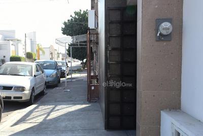 Estorbos. El espacio de las cocheras no debe impedir el libre tránsito de los peatones por las banquetas. En el municipio es común observar domicilios que incumplen con esta característica.