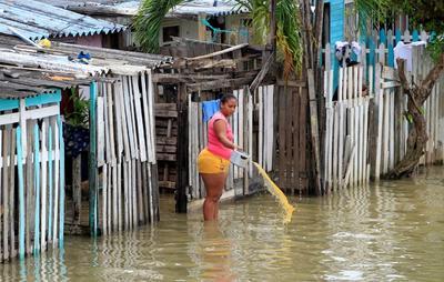 Se degrada 'Iota' a tormenta tropical en su avance por el norte de Nicaragua