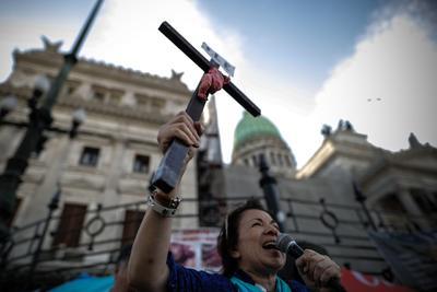 El presidente Alberto Fernández anunció el martes en un mensaje grabado y difundido por Twitter el envío al Congreso de un proyecto de ley para legalizar la interrupción voluntaria del embarazo en Argentina, donde según el mandatario cada año se hospitalizan alrededor de 38.000 mujeres por abortos mal practicados.