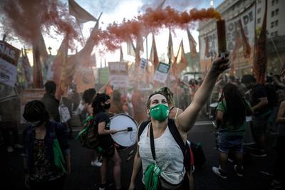 """""""Aborto legal 2020. Es urgente"""", advertía una extensa bandera verde con letras en blanco sostenida por mujeres jóvenes que usaban pañuelos también verdes como tapabocas para protegerse del coronavirus."""