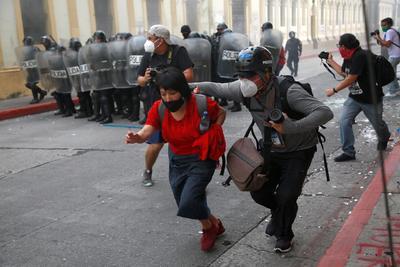 Manifestantes toman el Congreso de Guatemala y le prenden fuego