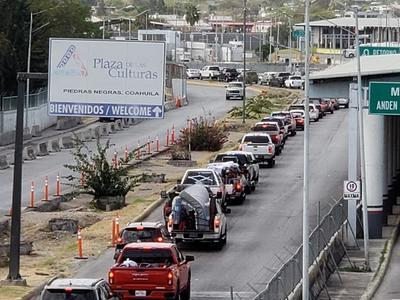 Varias horas de espera. Debido a la aplicación de extensas encuestas a quienes ingresan a México, provenientes de Estados Unidos, se generaron largas filas en el acceso al municipio de Piedras Negras, Coahuila.