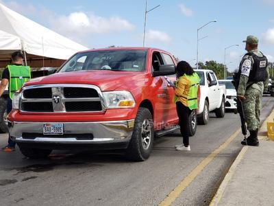 Cuestionario. Personal de la Presidencia Municipal de Piedras Negras participa en la aplicación de un extenso cuestionario a quienes viajan en vehículo e ingresan a la República Mexicana.