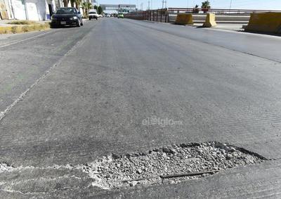 Algo común en la vía son los baches, los cuales están en diferentes puntos y los hay de todos los tamaños. Los automovilistas tiene que sortearlos para no caer en ellos.