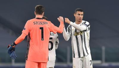 En una de sus primeras acciones, el internacional español puso un balón perfecto a Cristiano Ronaldo, que cuando ya parecía haber superado al portero visitante Denes Dibusz, vio cómo el guardameta le arrebataba el balón en el último momento.
